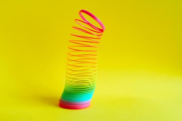 Espiral de plástico colorido arco-íris de brinquedo para jogar