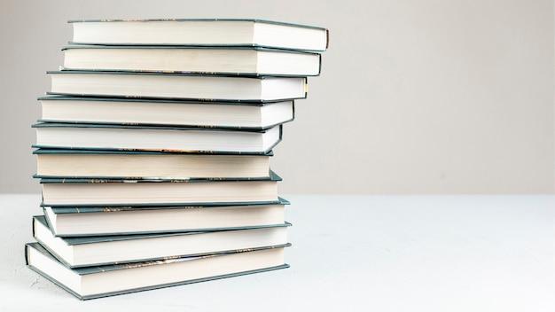Espiral de vista frontal empilhado livros