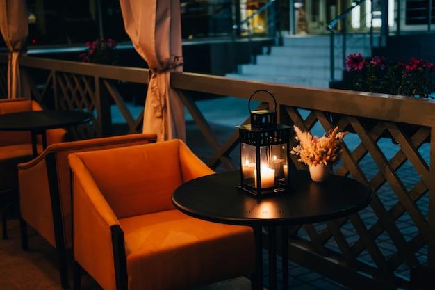 Esplanada do café de verão à noite.