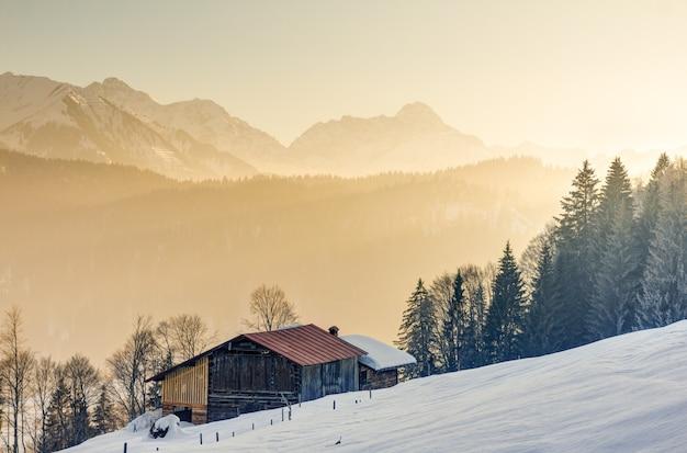 Esplêndida vista da cabana de madeira para as montanhas alpinas