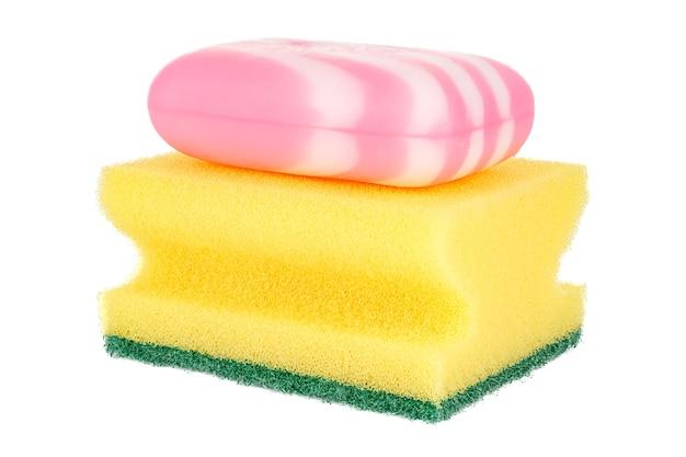 Esponja amarela para lavar pratos com sabonete listrado rosa sobre branco