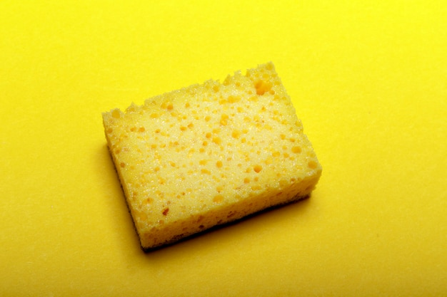 Esponja amarela para limpeza doméstica