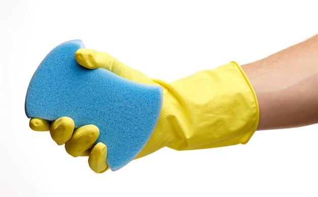 Esponja azul na mão de um trabalhador em um isolado branco
