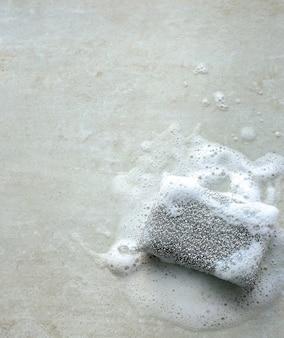 Esponja cinza com espuma