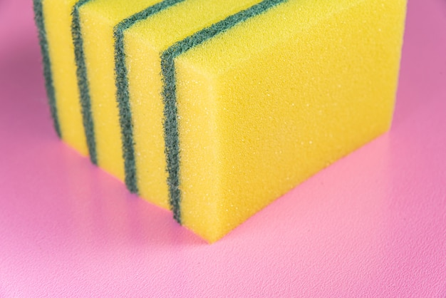 Esponja de cozinha no fundo rosa