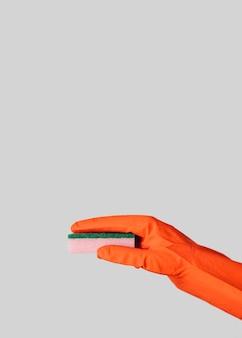 Esponja de exploração de mão close-up