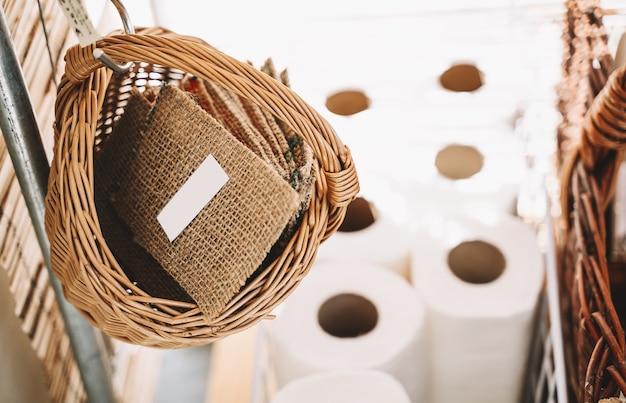 Esponja de lavar louça no fundo com papel higiênico em caixa de papelão artesanal em loja gratuita de plástico