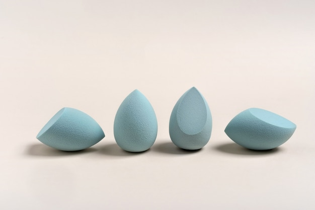 Esponja de maquiagem cosmética azul. um conjunto de esponjas de diferentes formas