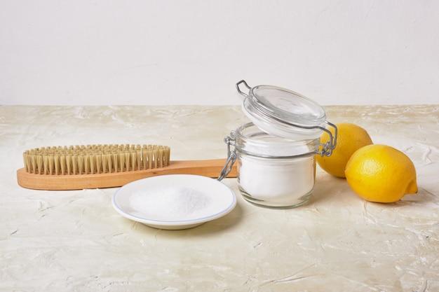 Esponja de refrigerante de limão e escova de madeira conceito de limpeza ecológica