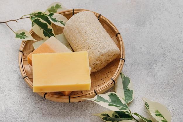 Esponja e vários sabonetes