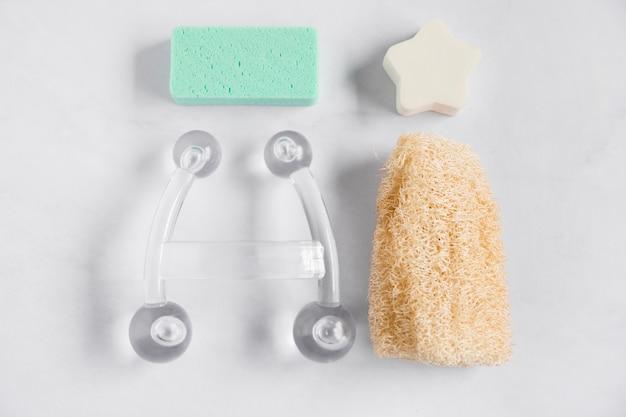 Esponja; loofah e equipamentos de spa transparente no fundo branco