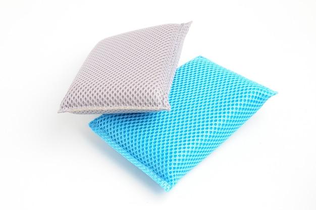 Esponja para lavar pratos e encanamento em um branco isolado