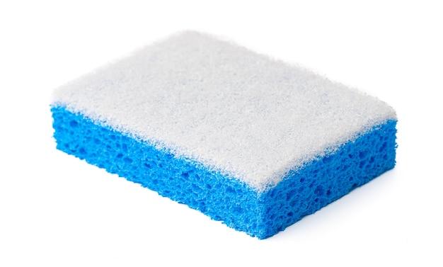 Esponja para limpeza de pratos isolada no fundo branco