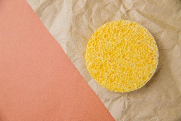 Esponja redonda cosmética. a textura porosa da esponja. limpando a pele de cosméticos.