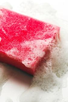 Esponja rosa com espuma