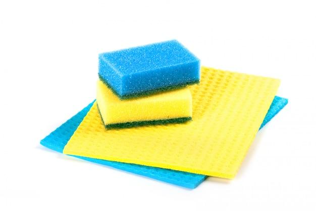 Esponjas azuis e amarelas, isoladas no fundo branco