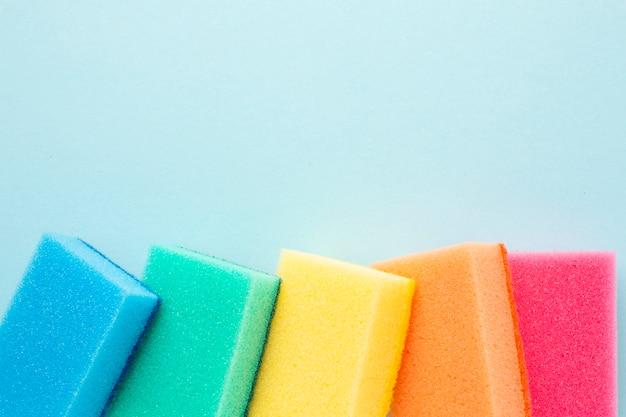 Esponjas coloridas com espaço de cópia