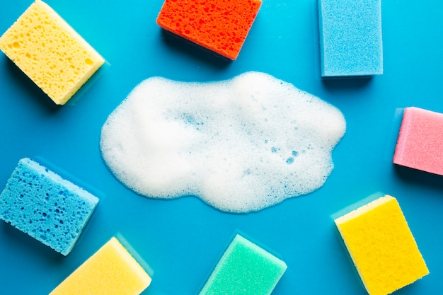 Esponjas coloridas e espuma plana leigos