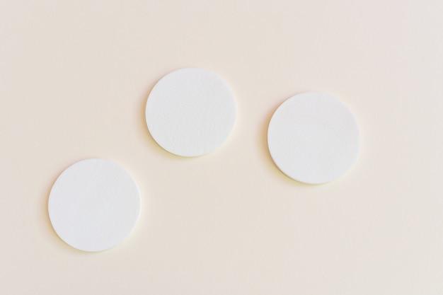 Esponjas cosméticas. o conceito de cuidados com a pele do rosto e do corpo, cosmetologia. minimalismo, vista superior. copyspace