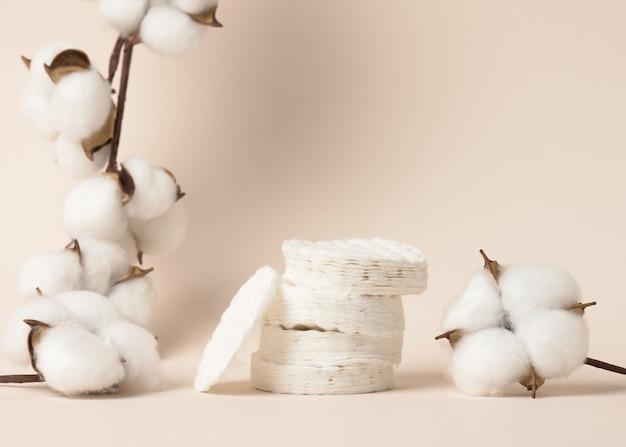 Esponjas de algodão brancas sobre fundo bege. design para a indústria de beleza, medicina e cosméticos