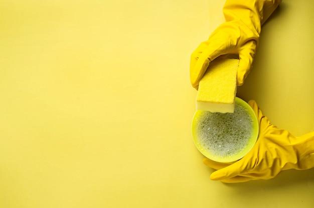 Esponjas de cozinha e luvas de borracha