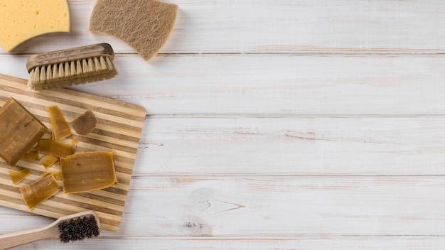Esponjas e escovas para limpeza ecológica doméstica