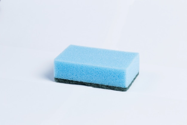 Esponjas para lavar louça, isoladas no branco