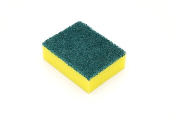 Esponjas para lavar louça isolado no fundo branco
