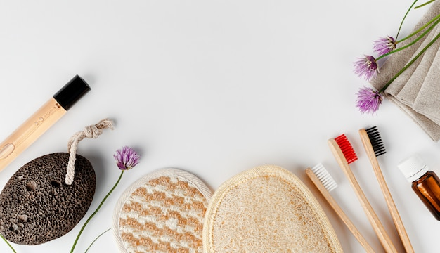 Esponjas para o rosto e corpo, escovas de dente de bambu, perfume e pedra-pomes. acessórios de banheiro orgânico. copie o espaço