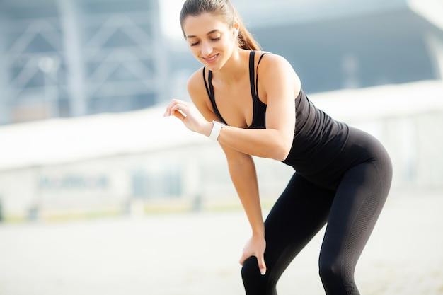 Esporte ao ar livre, garota jovem aptidão fazendo agachamentos ao ar livre no verão
