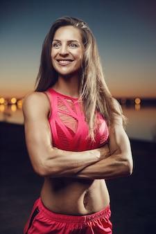 Esporte ao ar livre linda forte sexy atlética muscular jovem caucasiana aptidão treino de treino no ginásio