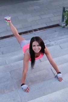 Esporte ao ar livre, mulher alongamento