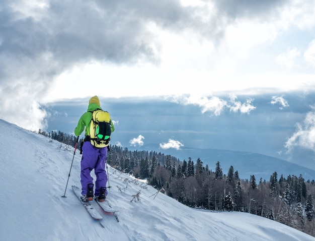 Esporte ativo esqui touring em splitboard e escalada no pico da montanha