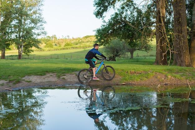 Esporte barbudo brutal em uma mountain bike moderna bela vista da montanha