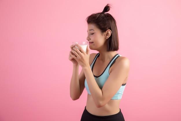 Esporte bonito mulher bebendo leite