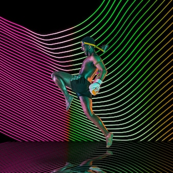 Esporte criativo em fundo de linha iluminada de néon escuro. artes marciais de muay thai, treinamento em ação