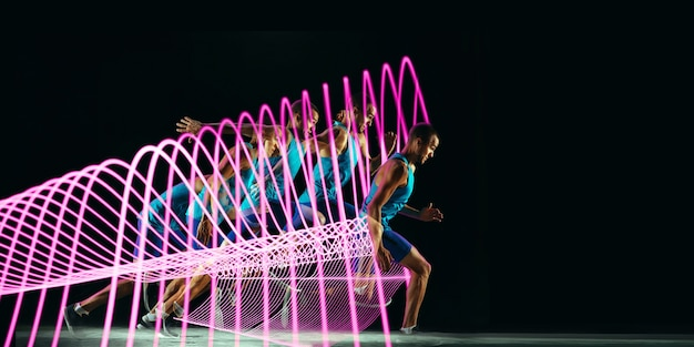 Esporte criativo em fundo de linha iluminada de néon escuro. corredor profissional treinando em ação e movimento em ondas coloridas. conceito de hobby, estilo de vida saudável, juventude, movimento, estilo moderno. folheto.