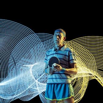 Esporte criativo em fundo de linha iluminada de néon escuro. jogador do sexo masculino de pingue-pongue treinando em ação e movimento em ondas coloridas. conceito de hobby, estilo de vida saudável, ação, movimento, estilo moderno.