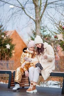 Esporte de inverno em família. mãe e filha em dia de inverno
