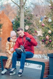 Esporte de inverno em família. pai e filha em dia de inverno