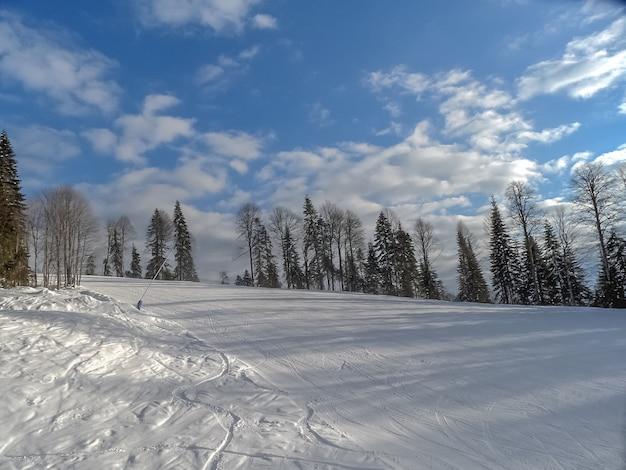 Esporte de inverno - esqui e snowboard nas montanhas.