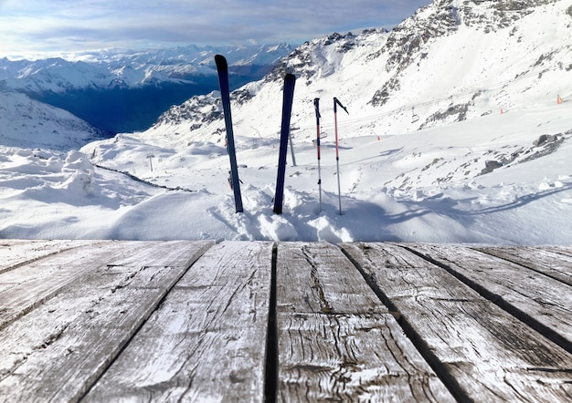 Esporte de inverno nos alpes. piso de madeira para mostrar o seu produto