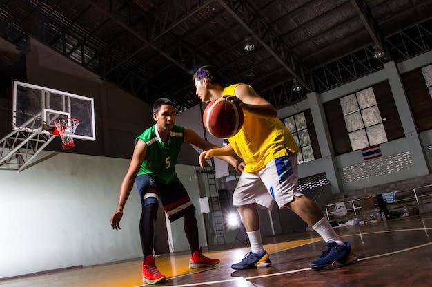 Esporte de jogo de competição de jogadores de basquete no estádio.