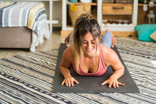 Esporte de menina bonita em casa fitness exercício abs treinamento inteligente exercício em casa push up posição equilibrada para conceito de pessoas de estilo de vida saudável e atividade de lazer de rotina de esporte interno