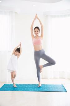 Esporte de menina e mãe em casa