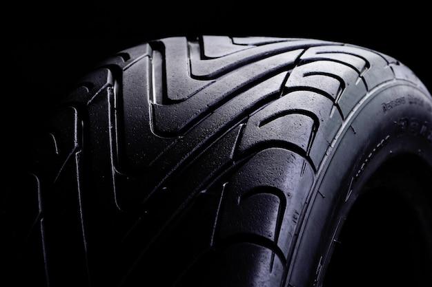 Esporte de verão com pneus para carros