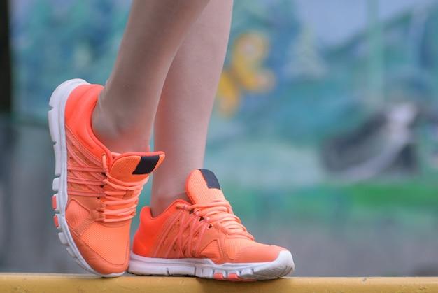 Esporte e fitness. feche de pés femininos com risadinhas.