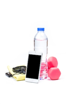 Esporte, estilo de vida saudável e conceito de objetos - close-up de halteres, rastreador de fitness, fones de ouvido e garrafa de água sobre o fundo branco