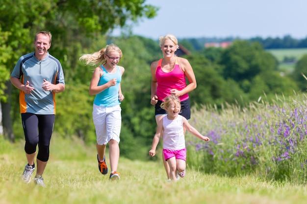 Esporte familiar correndo pelo campo