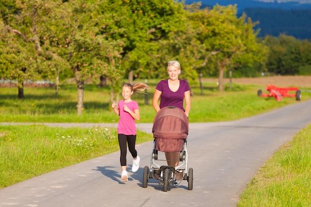 Esporte familiar - jogging com carrinho de bebê
